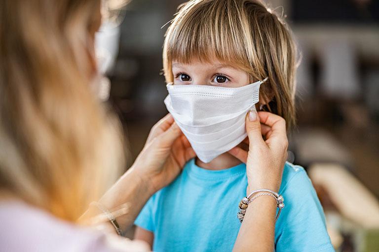 Hạn chế tiếp xúc với đám đông để phòng lây bệnh đường hô hấp, nếu cần thiết bạn nên đeo khẩu trang