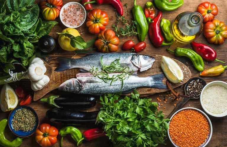 Một chế độ ăn uống khoa học và hợp lý cũng chính là phương pháp hỗ trợ điều trị bệnh hiệu quả tại nhà
