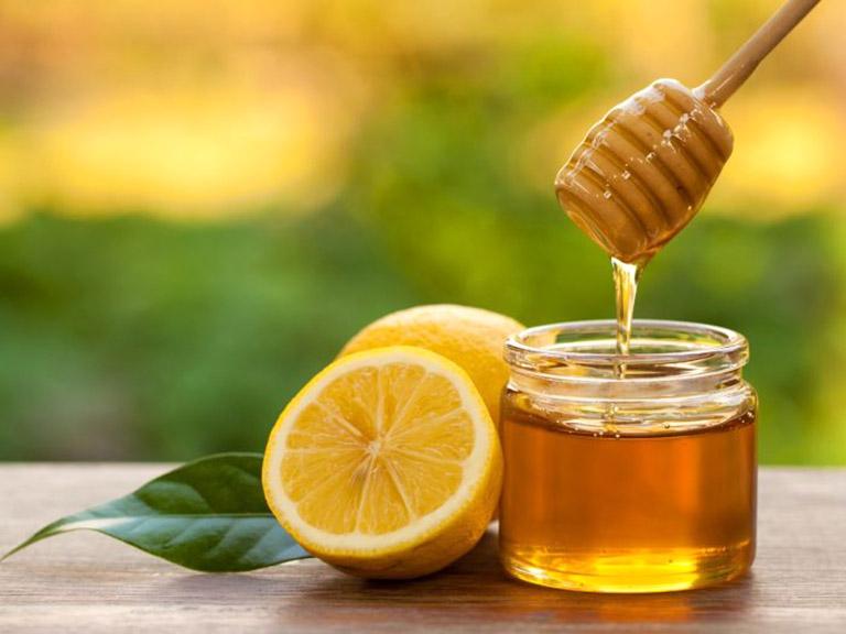 Mật ong và chanh là sự kết hợp hoàn hảo giúp làm mềm da bị sần, da sưng tấy do bị dày sừng nang lông