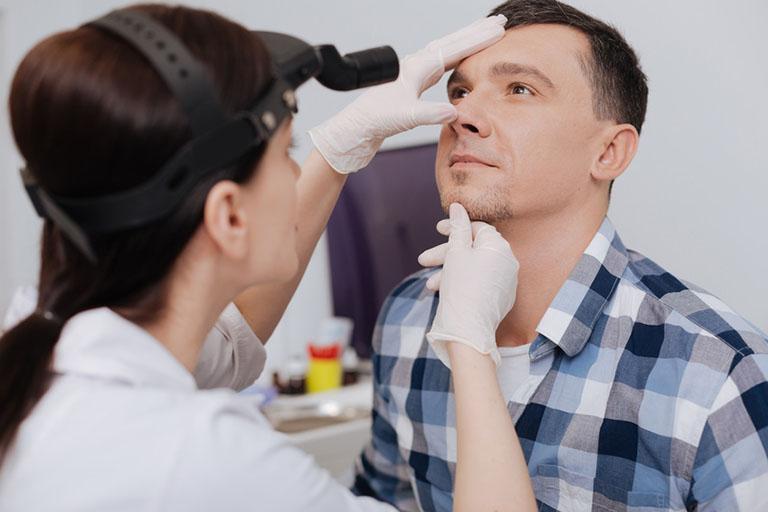 Chủ động thăm khám bác sĩ tai mũi họng khi xuất hiện bất kỳ triệu chứng bất thường trong quá trình điều trị polyp mũi