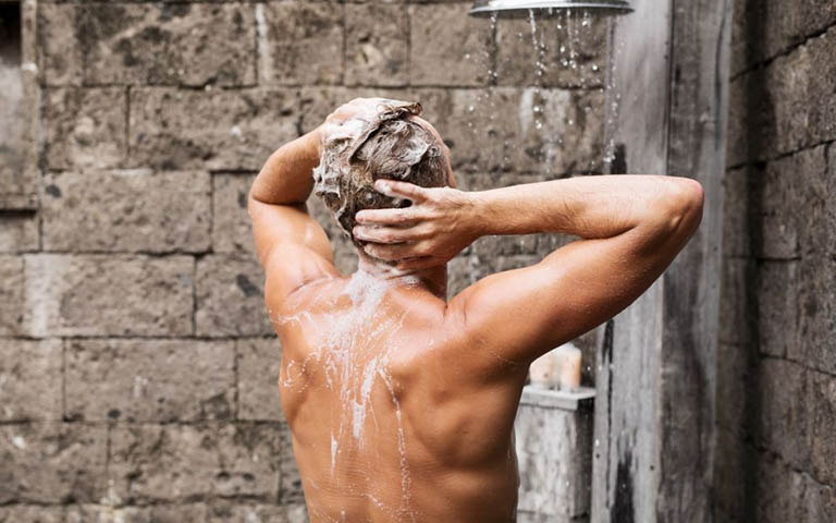 Luôn giữ cơ thể ở trạng thái sạch sẽ thông qua việc tắm rửa mỗi ngày ít nhất 1 lần và nên sử dụng thêm sữa tắm chuyên dụng để gia tăng công dụng