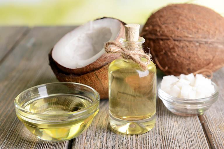 Dầu dừa vừa có tác dụng làm mềm da vừa giúp loại bỏ da bị sần do bị dày sừng nang lông
