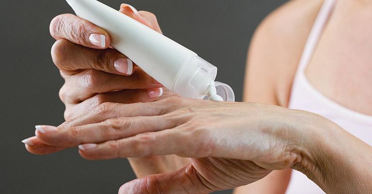 Chỉ sử dụng thuốc bôi trị dày sừng nang lông khi có sự cho phép của bác sĩ da liễu