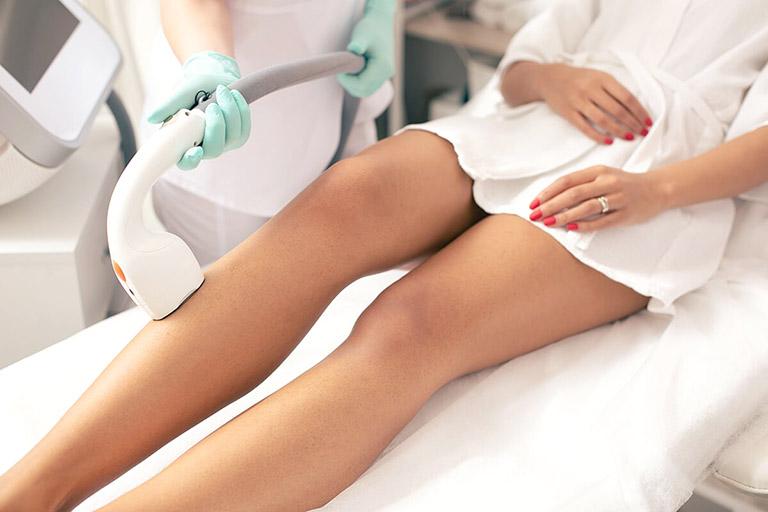 Các trường hợp nặng, điều trị bằng thuốc không có kết quả tốt thường được gợi ý điều trị bằng phương pháp bắn tia laser và ánh sáng