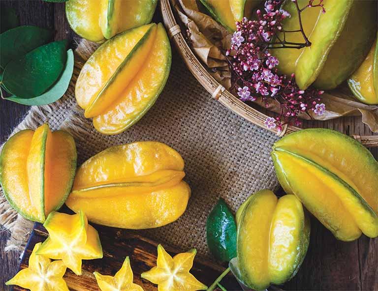 Nhờ có lượng vitamin C dồi dào mà quả khế chua giúp kích thích tóc mọc nhanh, hình thành các tóc con màu đen và loại bỏ những sợi tóc bạc