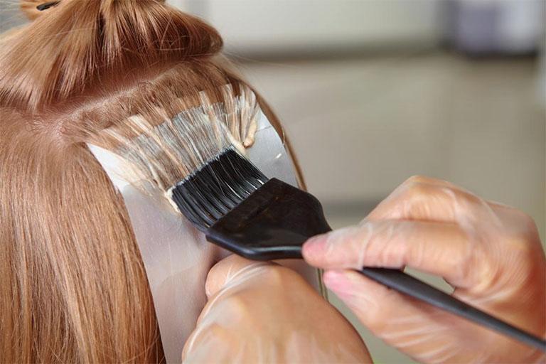 Hạn chế nhuộm tóc hay sử dụng các chất hóa học tác động lên tóc trong quá trình chữa tóc bạc sớm bằng khế