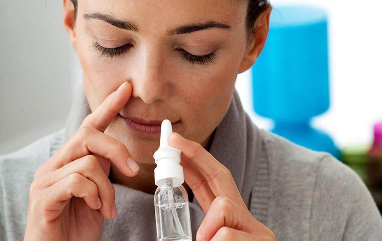 Vệ sinh xoang và mũi hàng ngày với nước muối sinh lý