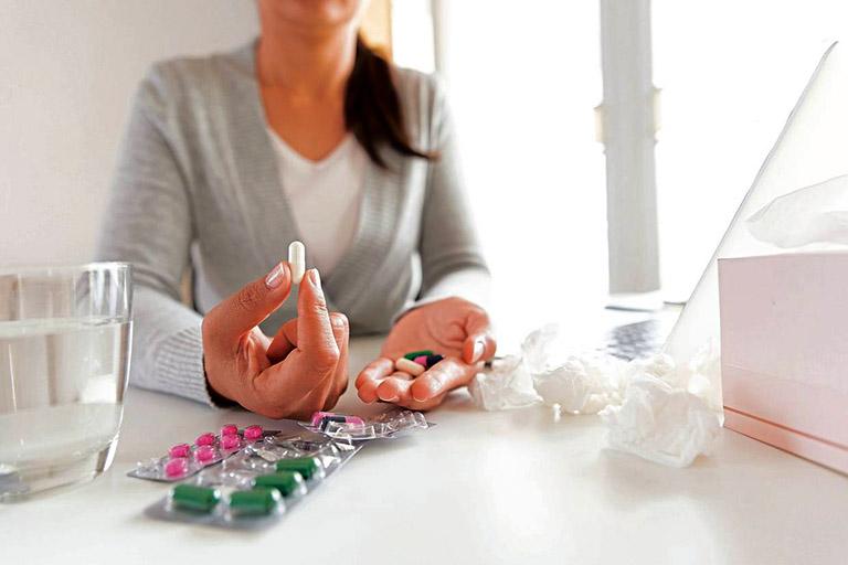 Dùng thuốc kháng sinh hoặc thuốc chống viêm sau khi phẫu thuật cắt polyp mũi theo chỉ định của bác sĩ chuyên khoa