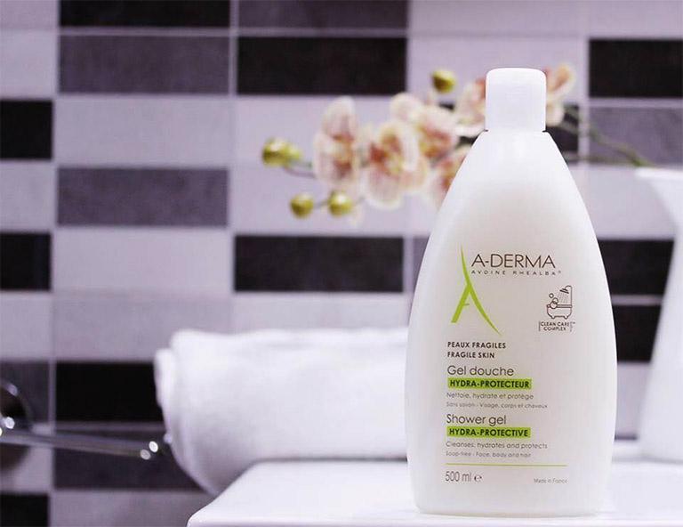 Sữa tắm A - Derma có tác dụng loại bỏ tế bào da chết và da bị bong tróc do chị chàm hóa