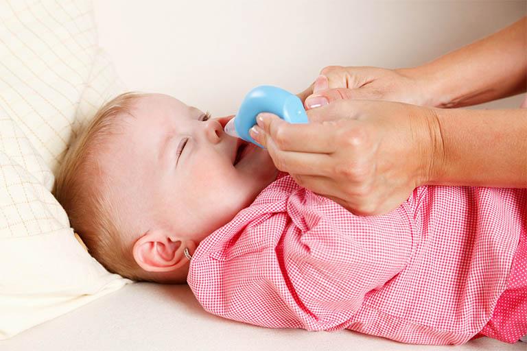 Thuốc nhỏ mũi hỗ trợ làm mềm các chất nhầy bị khô, đồng thời làm sạch và đào thải tác nhân ra khỏi khoang mũi
