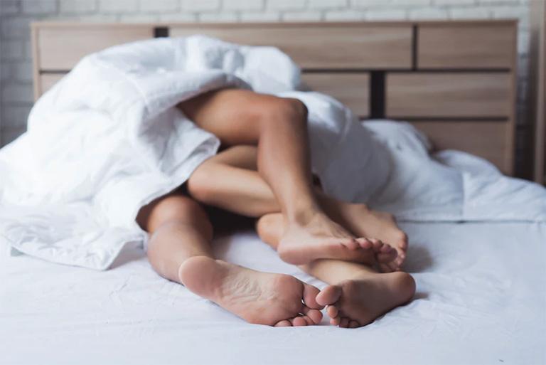 Quan hệ tình dục không an toàn, không dùng bao cao su hay quan hệ đồng tính là con đường lây bệnh viêm niệu đạo phổ biến nhất