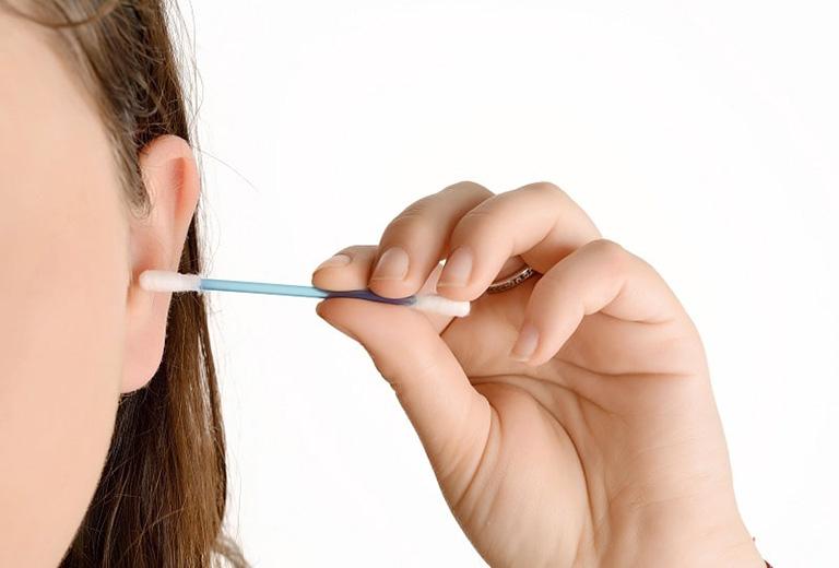 Thói quen vệ sinh ống tai không đúng cách cũng có thể là yếu tố khiến bệnh viêm tai ngoài trở nên nghiêm trọng hơn
