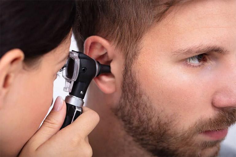 Thăm khám định kỳ để bác sĩ chẩn đoán bệnh viêm tai ngoài cũng như phát hiện sớm các bệnh lý bất thường khác