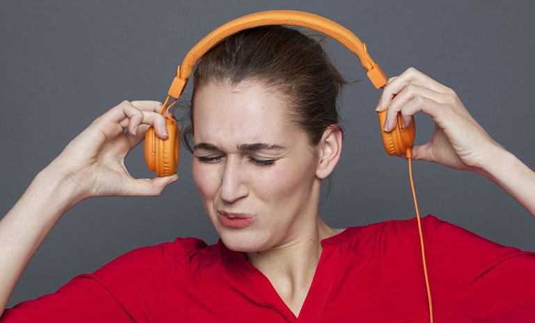 Hạn chế đeo tai phone cũng như nghe âm lượng quá lớn trong quá trình điều trị viêm tai trong