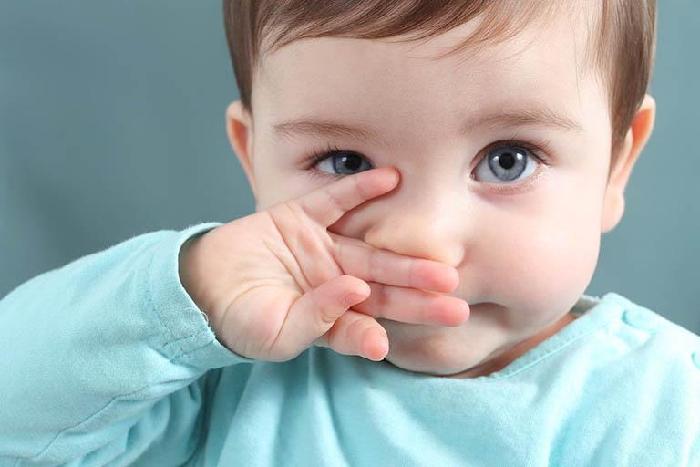 Trẻ sơ sinh thường xuyên bị nghẹt mũi hoặc bị nghẹt mũi hoàn toàn và phải thở bằng miệng