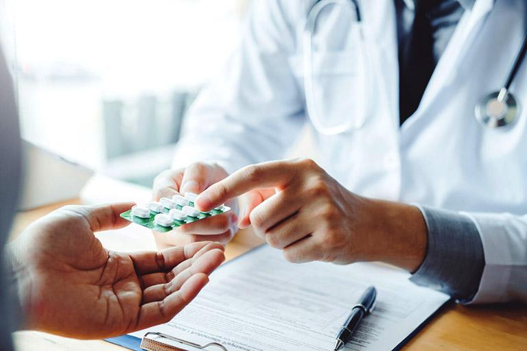 Dùng thuốc Tây y điều trị nguyên nhân gây bệnh VA hoặc thuốc điều trị triêu chứng theo chỉ dẫn của bác sĩ tai mũi họng