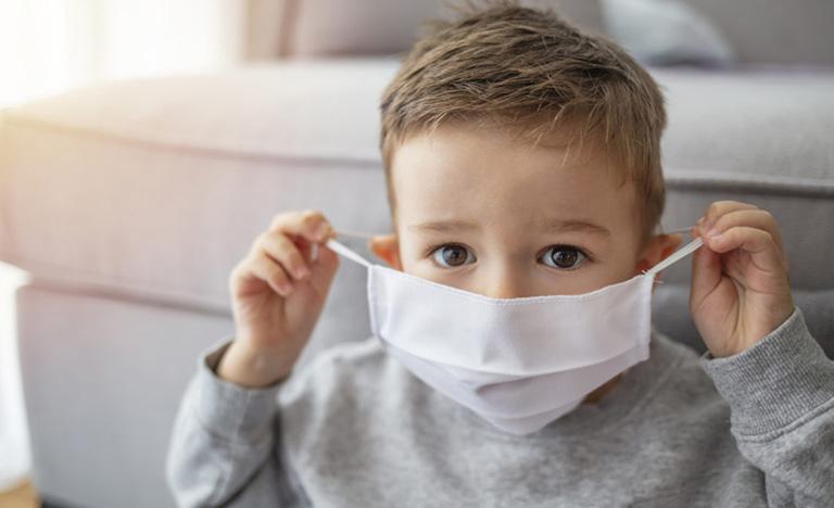 Đeo khẩu trang cho trẻ khi ra ngoài để phòng bệnh trở nặng cũng như tránh tiếp xúc trực tiếp các tác nhân gây hại