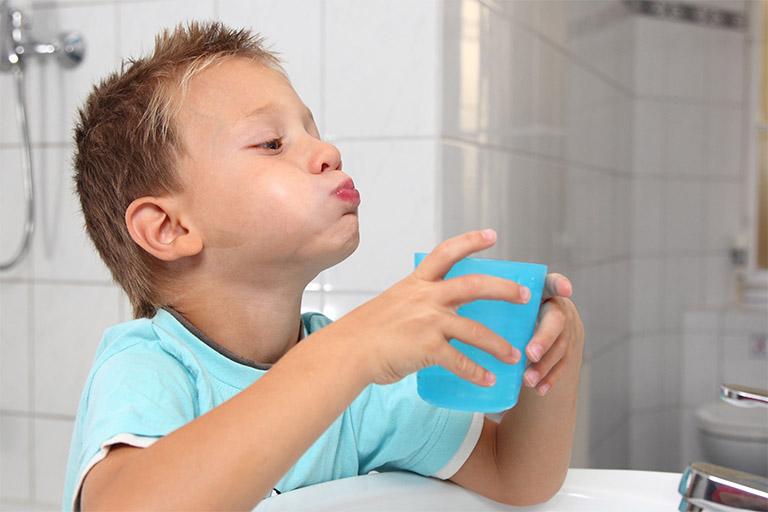 Tập cho trẻ thói quen xúc miệng bằng nước muối mỗi ngày để làm sạch khoang miệng và hỗ trợ làm giảm viêm VA