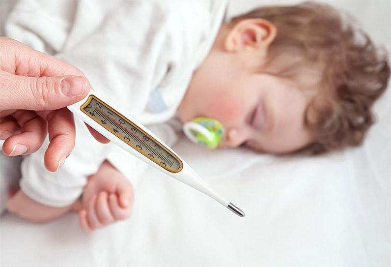 Triệu chứng thông thường của bệnh viêm VA ở trẻ là bị sốt từ 38 - 39 độ C, có thể lên đến 40 độ C, thậm chí không sốt