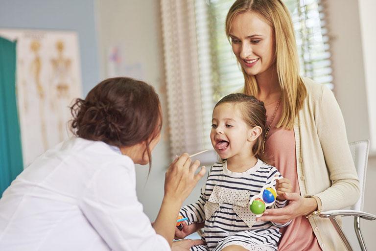 Cha mẹ nhanh chóng đưa trẻ đến gặp bác sĩ tai mũi họng nếu nghi ngờ trẻ bị viêm VA