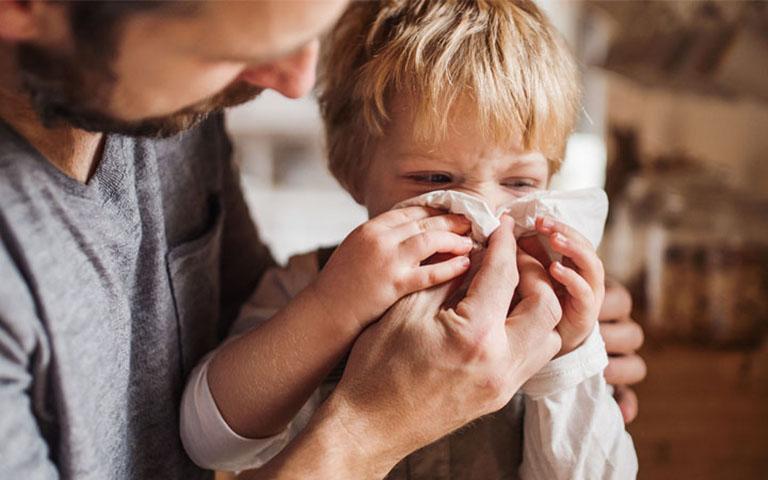 Trẻ thường xuyên chảy nhiều nước mũi ở dạng lỏng trong vài ngày đầu và chuyển sang đặc, có mùi hôi nhẹ