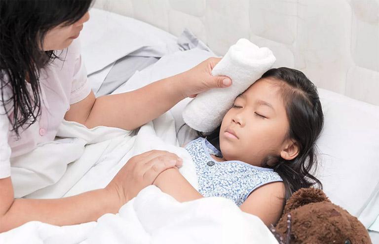 Làm giảm nhiệt độ cơ thể trẻ jhi bị sốt do bệnh viêm VA gây ra