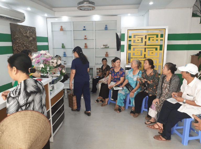 Mỗi ngày có rất nhiều người bệnh tìm đến Trung tâm Thuốc dân tộc chi nhánh Quảng Ninh để được BS Thái thăm khám