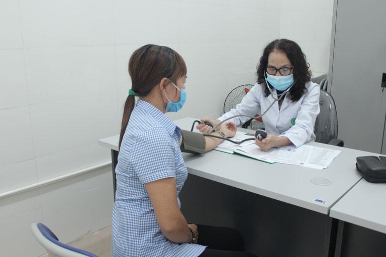 Bác sĩ Lê Phương khám và tư vấn điều trị cho bệnh nhân