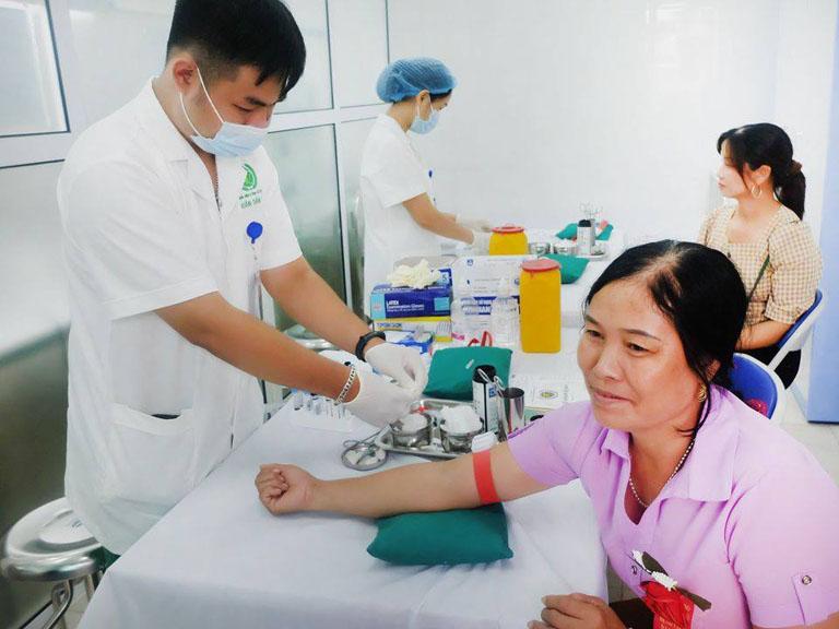 Bệnh nhân được xét nghiệm và làm các kiểm tra lâm sàng trước khi điều trị