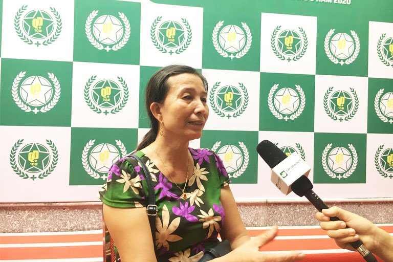 Cô Hoàng Thị Hường bệnh nhân điều trị xương khớp tại buổi lễ khai trương thương hiệu Bệnh viện Quân dân 102