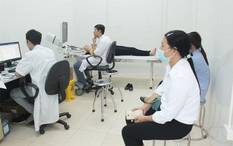 Trước khi điều trị xương khớp bằng YHCT, bệnh nhân được thực hiện thăm khám bằng Tây y kết hợp Đông y