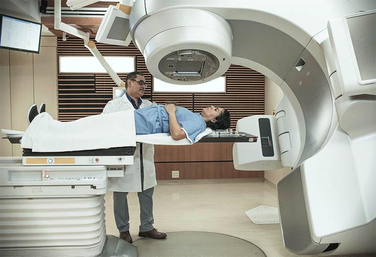 Xạ trị ung thư cổ tử cung là một phương pháp điều trị nhằm thu nhỏ kích thước khối u và kìm hãm sự phát triển của tế bào ung thư