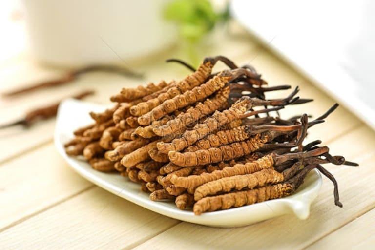Đông trùng nguyên con ăn trực tiếp có vị đặc trưng của giá thể nhộng tằm