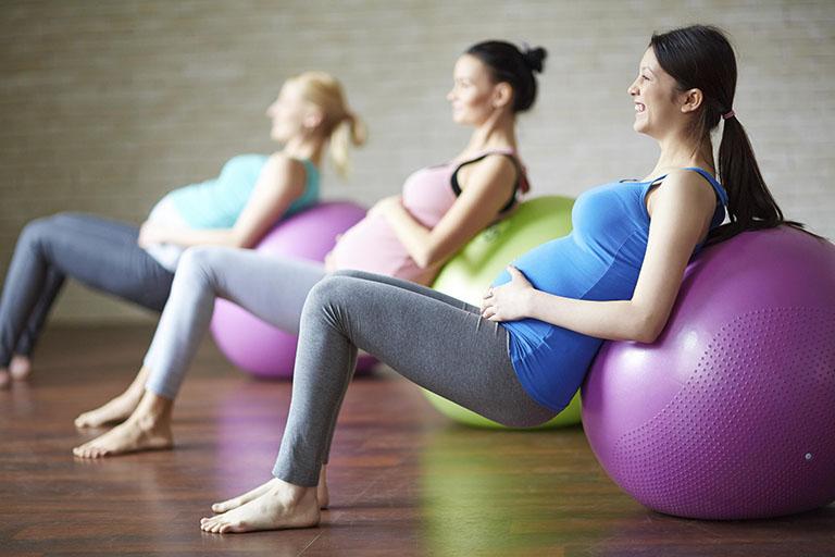 Bà bầu có thể tham gia lớp học yoga để nâng cao sức khỏe cũng như hỗ trợ quá trình điều trị bệnh u xơ tử cung