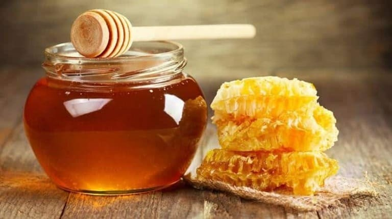 Mật ong nguyên chất được sử dụng để ngâm đông trùng tươi
