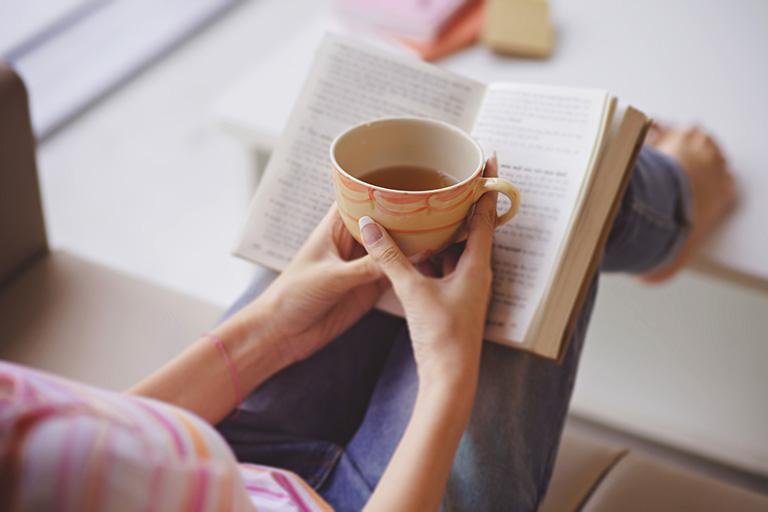 Đọc sách cũng chính là cách giúp thư giãn đầu ốc và cơ thể, làm giảm sự căng thẳng, mệt nhọc