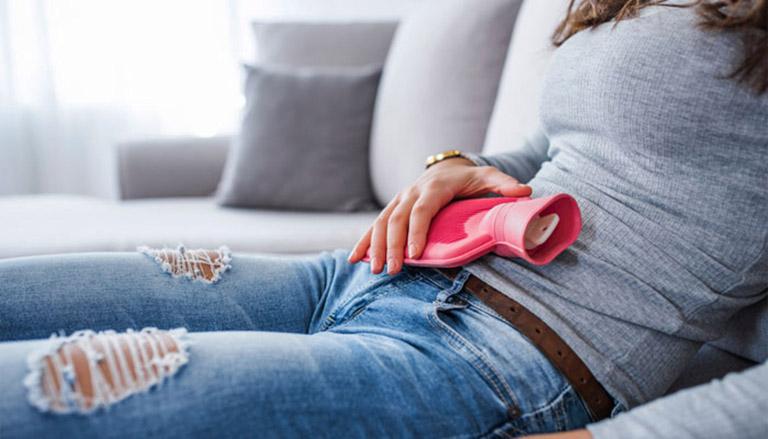 Chườm nóng vùng bụng bằng thuốc Đông y giúp loại bỏ cơn đau thắt vùng bụng dưới do bệnh u xơ tử cung gây ra