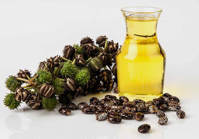 Chườm nóng dầu thầu dầu lên bụng dưới không chỉ có tác dụng làm giảm triệu chứng đau nhức đột ngột mà còn giúp lưu thông khí huyết và hỗ trợ loại bỏ sự tích tụ độc tố