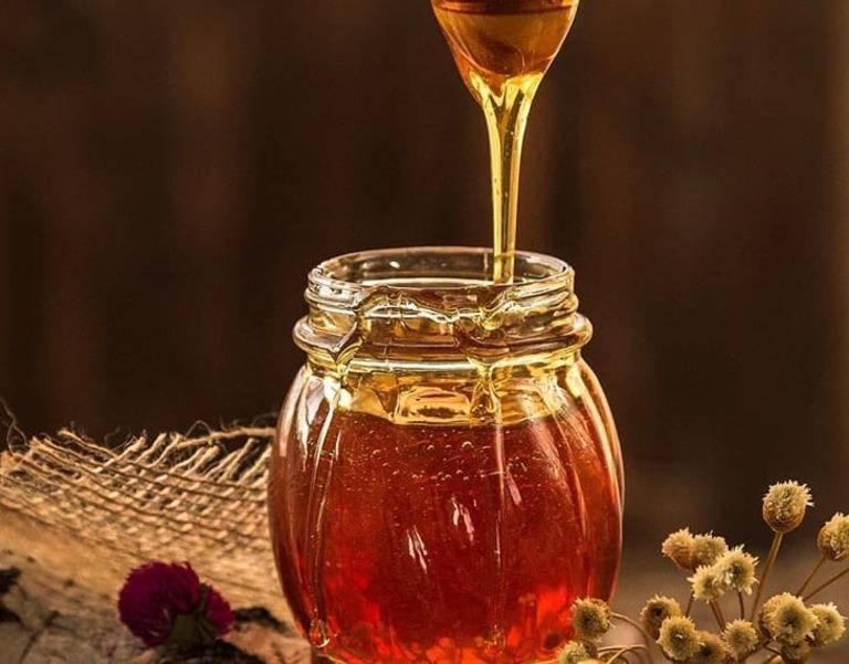 Ngâm với mật ong nguyên chất trong bình thủy tinh để đảm bảo an toàn cho người sử dụng và giữ được dưỡng chất