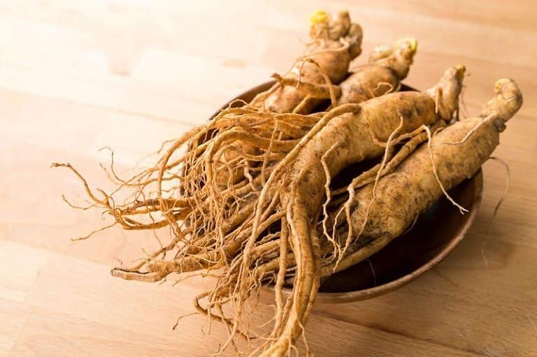 Dùng nhân sâm ngâm cùng với đông trùng để gia tăng dưỡng chất và hương vị