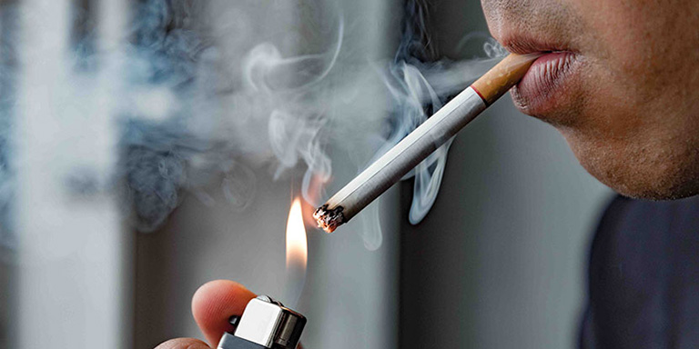 Các đối tượng bị sốt xuất huyết tuyệt đối không nên hút thuốc lá hay sử dụng chất kích thích trong khoảng thời gian điều trị bệnh