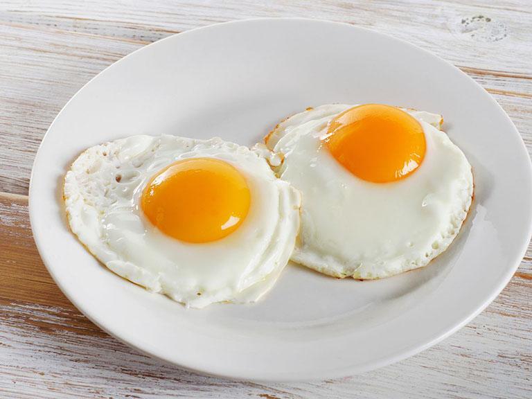 Người bị sốt xuất huyết cần hạn chế ăn trứng gà, đặc biệt là trẻ em