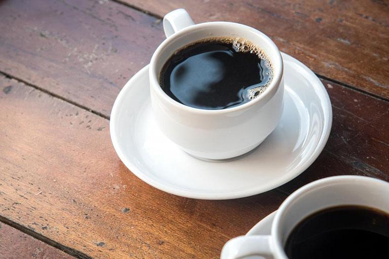 Nếu có thói quen sử dụng nhiều chất kích thích như cà phê thì bạn nên điều chỉnh liều lượng sử dụng để không làm ảnh hưởng đến quá trình điều trị bệnh sốt xuất huyết
