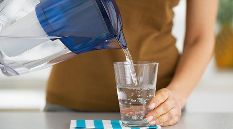 Người bị sốt xuất huyết cần uống đủ lượng nước để cân bằng điện giải cũng như hỗ trợ làm giảm nhiệt độ thân nhiệt