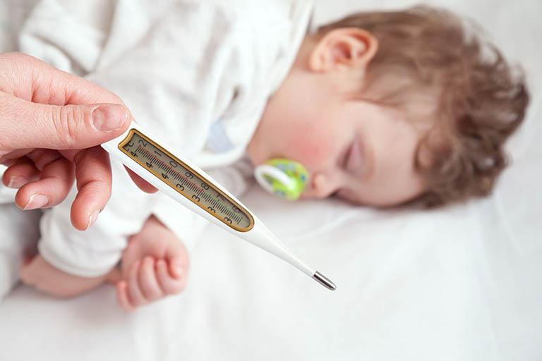 Sốt xuất huyết khiến trẻ nhỏ đột ngột sốt cao và sốt liên tục