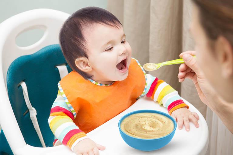 Cho trẻ ăn thức ăn lỏng dễ tiêu hóa và đầy đủ chất dinh dưỡng