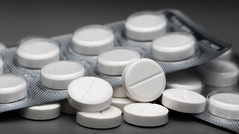 Dùng thuốc Paracetamol để hạ sốt theo chỉ định của bác sĩ
