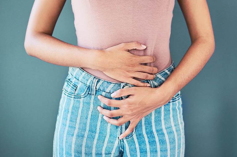 Đau tức vùng chậu là một trong những triệu chứng thường gặp của bệnh ung thư cổ tử cung