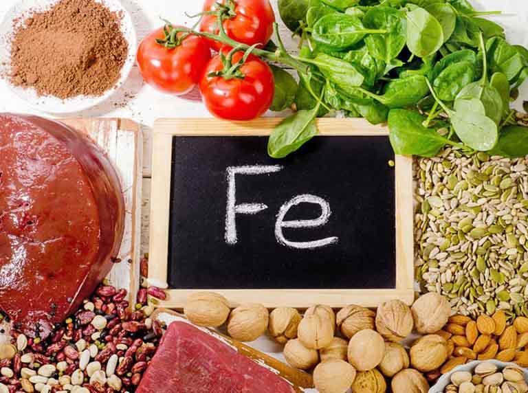 Tăng cường bổ sung vào thực đơn ăn uống hằng ngày các thực phẩm giàu chất sắt để cải thiện tình trạng mất máu do bị rong kinh