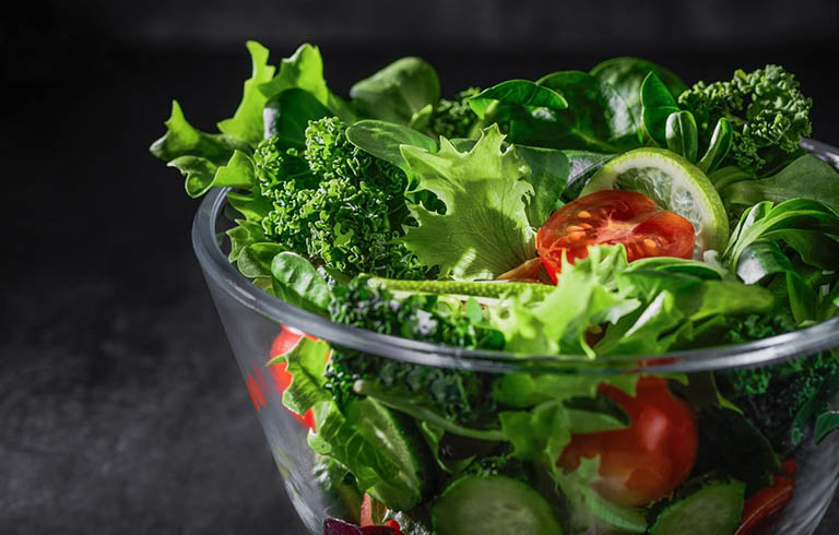 Bổ sung rau xanh vào thực đơn hằng ngày của người bị u xơ tử cung để hỗ trợ điều trị bệnh cũng như tăng cường sức khỏe